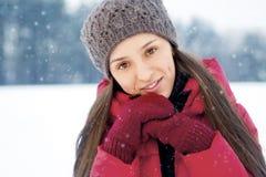 A menina em um tampão e os mitenes aquecem o inverno Imagens de Stock Royalty Free