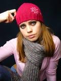 Menina em um tampão vermelho e em um lenço feito malha Imagens de Stock