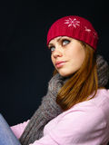 Menina em um tampão vermelho e em um lenço feito malha Fotos de Stock