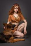 Menina em um terno com um cão Imagens de Stock