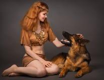Menina em um terno com um cão Fotos de Stock