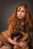 Menina em um terno com um cão Imagem de Stock