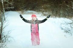 Menina em um terno de esqui na floresta do inverno imagens de stock