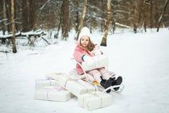 Menina em um trenó com presentes Imagens de Stock Royalty Free