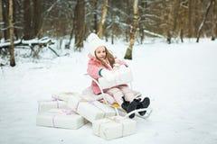 Menina em um trenó com presentes Imagem de Stock Royalty Free