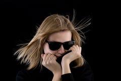 Menina em um turtleneck preto com óculos de sol retros fotos de stock royalty free