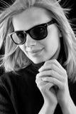 Menina em um turtleneck preto com óculos de sol retros foto de stock royalty free