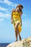 menina em um vestido amarelo   Imagem de Stock