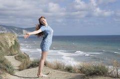 A menina em um vestido azul Fotografia de Stock