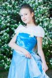 Menina em um vestido azul na natureza Fotos de Stock