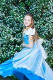 Menina em um vestido azul na natureza Imagem de Stock Royalty Free