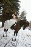 Menina em um vestido branco em um cavalo imagem de stock