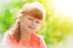 Menina em um vestido cor-de-rosa foto de stock