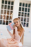 Menina em um vestido cor-de-rosa elegante que guarda a caixa de presente do Natal Fotos de Stock Royalty Free
