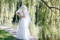 A menina em um vestido de casamento Foto de Stock