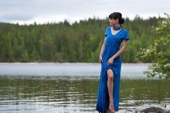 Menina em um vestido de noite luxuoso no lago imagens de stock