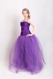 Menina em um vestido de noite roxo Foto de Stock Royalty Free
