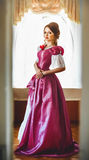 Menina em um vestido do vintage na sala Imagem de Stock Royalty Free