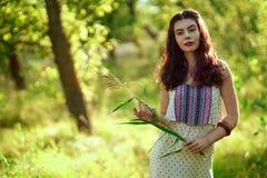 Menina em um vestido leve na floresta Fotografia de Stock Royalty Free