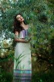 Menina em um vestido leve na floresta Imagem de Stock Royalty Free