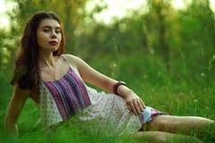 Menina em um vestido leve na floresta Imagens de Stock Royalty Free