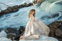 Menina em um vestido na natureza Imagens de Stock Royalty Free