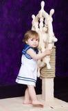 Menina em um vestido no estilo do marinheiro imagem de stock