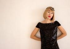 Menina em um vestido preto Fotografia de Stock Royalty Free