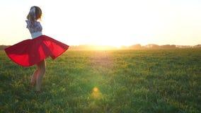 Menina em um vestido que gira no por do sol video estoque