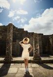Menina em um vestido em ruínas capitol Curso, férias Tunísia, Dougga Fotografia de Stock Royalty Free