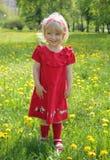 Menina em um vestido vermelho para uma caminhada Foto de Stock