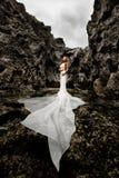 Menina em uma angra do mar cercada por penhascos imagens de stock
