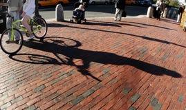 Menina em uma bicicleta foto de stock