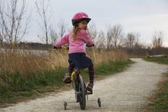 Menina em uma bicicleta Fotografia de Stock Royalty Free