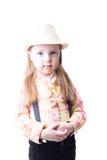 Menina em uma blusa e na calças da manta do chapéu do verão com suspensórios Imagem de Stock Royalty Free