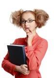 Menina em uma blusa vermelha que está com o livro no fundo branco imagens de stock