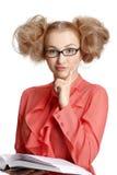 Menina em uma blusa vermelha que está com o livro no fundo branco fotos de stock royalty free