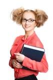 Menina em uma blusa vermelha que está com o livro no fundo branco fotografia de stock royalty free