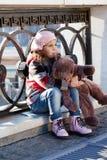 Menina em uma boina cor-de-rosa Imagens de Stock Royalty Free