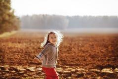 Menina em uma caminhada na floresta Fotos de Stock Royalty Free