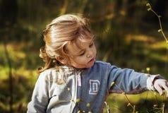 Menina em uma caminhada na floresta Imagem de Stock