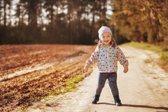 Menina em uma caminhada na floresta Imagens de Stock