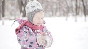 Menina em uma caminhada no inverno filme
