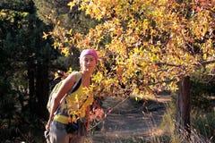 Menina em uma camisa amarela nas árvores Imagens de Stock