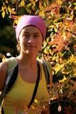 Menina em uma camisa amarela nas árvores Imagem de Stock