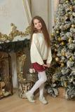 menina em uma camiseta branca perto da árvore de Natal foto de stock