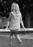 Menina em uma cerca de trilho imagem de stock royalty free