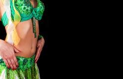 Menina em uma dança árabe tradicional do terno verde Dança do ventre Páscoa Fotos de Stock