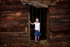Menina em uma entrada Fotografia de Stock Royalty Free