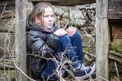 Menina em uma entrada de madeira Fotos de Stock Royalty Free